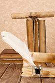 Pluma y libros antiguos — Foto de Stock