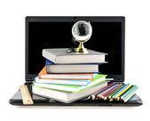计算机和书籍 — 图库照片