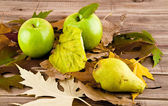Apples and leaves — Stock Photo