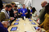 IPhone 5 launch at the Apple Store on Regent Street in London, UK — Stock Photo