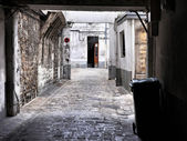 Decrepit courtyard in Paris — Stock Photo