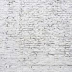 Cracked white brick wall — Stock Photo