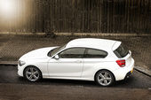 White hatchback car parked in the street — Stockfoto