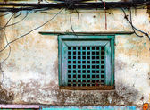 Old green window and grungy wall — Stock Photo