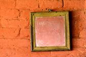 Čtvercové zrcadlo na cihlovou zeď — Stock fotografie