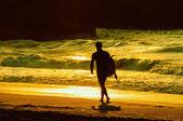 Surfer walking on the beach — Stock Photo