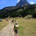 Randonneurs sur fond du Pic du Midi d'Ossau — Stock Photo #12480260