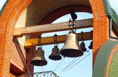 Brons sätta en klocka på av ortodox katedral i sommardag. odessa, ukrain — Stockfoto