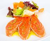 Rodajas de salmón con verduras frescas y lechuga — Foto de Stock
