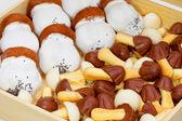 Ciasteczka grzyby zapakowane w drewniane pudełko — Zdjęcie stockowe