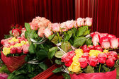Bouquets of fresh roses reflected in the mirror — Stock Photo