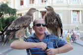 Odessa August 24: A man sells a photo opportunity with wild eagl — Foto Stock