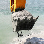 水の掘削機のバケツ、海底から土壌をピックアップします。 — ストック写真