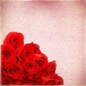 Bukiet czerwonych róż na tle starego papieru nieczysty, dla — Zdjęcie stockowe