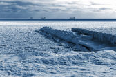 Winter landscape. Sea covered blocks of ice on the horizon are s — Stockfoto