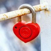 červený kovový zámek klíč od srdce z lásky — Stock fotografie