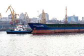 ODESSA, UKRAINE - 28 April: pilot tug towing a large sea cargo s — Stock Photo