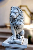 Lion sculpture at the entrance to the house as security and simv — Stok fotoğraf