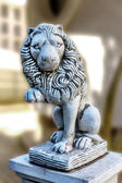 Lion sculpture at the entrance to the house as security and simv — Stock fotografie