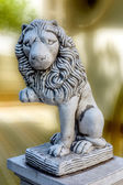 Lion sculpture at the entrance to the house as security and simv — Stock Photo