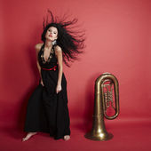 Ung vacker kvinna poserar bär svart på röd — Stockfoto