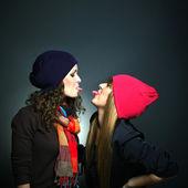俏皮的心情灰色背景中的两个女性朋友的肖像 — 图库照片