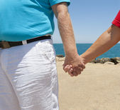 Couple holding hands on beach — 图库照片