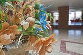 Exhibición de flores artificiales en el lobby de un hotel — Foto de Stock