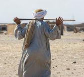 Beduino egiziano a piedi attraverso un villaggio — Foto Stock
