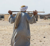 Beduíno egípcio atravessando uma aldeia — Foto Stock