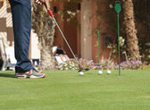 Golfer practising putting — Stock Photo