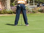 Golfeur pratiquant mettant — Photo