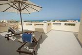 Střešní terasa luxusní tropické vily — Stock fotografie