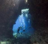 Scuba divers in an underwater cavern — Stockfoto