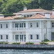 Luxury water front villa on river — 图库照片