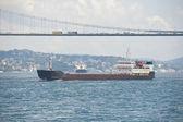 Gran barco viajando en un río — Foto de Stock