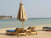 Sunbeds on a tropical beach — Stock Photo