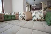 Stor soffa i möbler showroom — Stockfoto