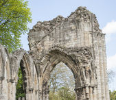 Ancient medieval church ruins in english city — Stock Photo