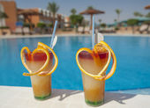 Two fruit cocktails by pool — Stock Photo