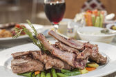 A la carte lamb chop meal on patterned plate — Stock Photo