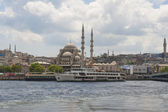 Large mosque next to river in city — Stock Photo