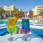 dois cocktails por uma piscina tropical — Fotografia Stock  #50745697