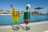 Two cocktail drinks by a tropical pool — Stock Photo