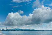Cidade pelo mar e nuvem — Foto Stock