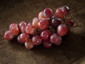 üzerinde kahverengi kumaş kırmızı üzüm — Stok fotoğraf