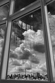 Ciudad cielo y nube mirando por la ventana — Foto de Stock