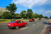 Miejski scena, samochody na ulicy w mieście — Zdjęcie stockowe