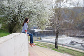 Молодая девушка на весенней прогулке — Stock Photo