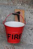 红色金属消防桶. — 图库照片